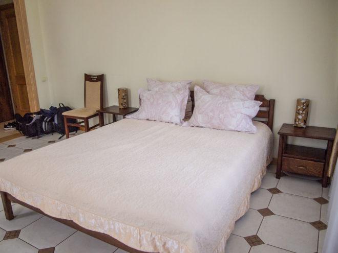 большая двуспальная кровать в номере