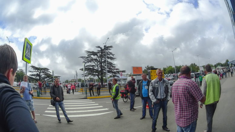 таксисты на входе аэропорта Симферополя