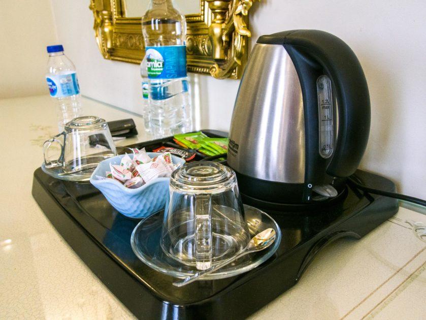 чайник и чашки в отеле