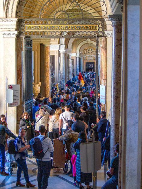 толпы в музеях Ватикана