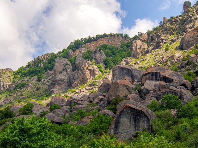 Каменистые склоны Демерджи